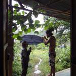 """Ein Bild für die Götter: Der hermanito (Anthonny aus Mexiko) repariert einem alten Strauchdieb einen """"geborgten"""" Regenschirm, damit er sich im Dorf nicht schämen muss."""
