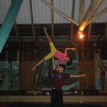 Auftritt des Zirkus Fantazztico in Longo Mai