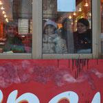 Lukas, Natascha und Julia in einer Palatschinken-Imbiss-Bude.