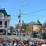 Den pobedy, Tag des Sieges, 9. Mai. Militärparade beim Nischni Nowgoroder Kreml. Im Bild nicht zu sehen: Viele Kinder laufen als Soldaten verkleidet oder mit Luftballons in Panzerform herum.