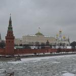 Moskau. Blick auf die Maskwá (Moskau-Fluss) und den Kremlpalast.
