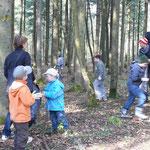 die Kinder beim Müllsammeln im Münichholzer Wald