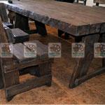 стол из стулья из натурального дерева под старину