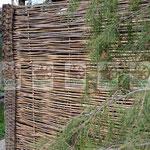 высокий устойчивый прочный плетеный забор