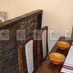 Плетеные перегородки  в дереве между столами для кафе