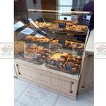 плетеные лотки, деревянная витрина для хлебобулочных изделий