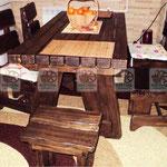 деревянные столы и стулья из натурального дерева