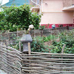 Деревянный плетёный заборчик
