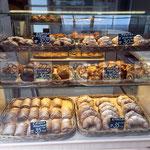 хлеб и выпечка в плетеных лотках, плетеных корзинах