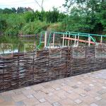 плетеный заборчик на берегу озера
