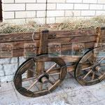 деревянная телега, оригинальная клумба для цветов