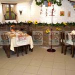 """Плетёная """"стена"""" и деревянная мебель для ресторана"""