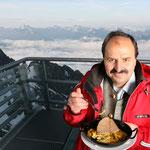 Johann Lafer denkt auch über den Wolken nur ans Essen