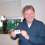 Jürgen Lempfert hocherfreut bei der Übergabe unserer Visitenkarte.