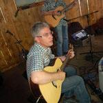 Der Sound der Western-Gitarre passt schon einmal!