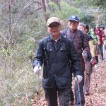 北八朔公園内の雑木林をウォーキング『滑らないように!!」