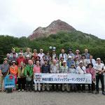昭和新山の前で記念撮影 明日は頑張るぞ!!