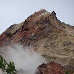昭和新山の雄姿 アップで見ると険しい山ですね