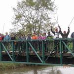 ニッタ川 橋の上で旅行期間最後のノルディックウォーキングを記念してパチリ