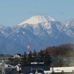 市が尾陸橋から見る白化粧した富士山