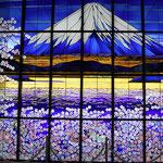 大きな富士山のステンドグラス「若人の城」同窓会からの寄贈