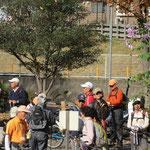藤ヶ丘公園で「皇帝ダリア」の横でトイレ休憩