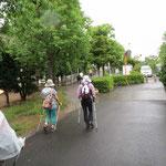 「もも公園」手前 まだ雨具着用は少ない