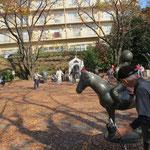 市が尾彫刻プロムナードの出発点 ソーッと撫でている優しいMさん
