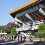 日本武道館前を昭和館目指してウォーキング