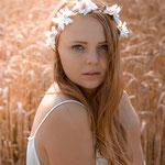 Portraitfoto im Feld, Natur, Beautyshooting