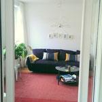 Blick vom Esszimmer in das Wohnzimmer