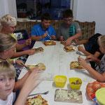 Nachwuchsgesamtprobe ::: 29. bis 30.08.2015 (mit Übernachtung im Proberaum) ::: Essen fassen