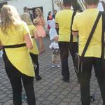 Leubsdorf, Hochzeit ::: Der Sohn des Brautpaares hat auch gleich zum Schellenring gegriffen und mitgeklappert. :-)