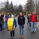 Nachwuchsgesamtprobe 14.11.2015 ::: Marschprobe im Freien mit Julia an der Pauke zum Takt halten