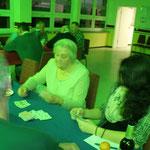 Seniorenweihnachtsfeier  :::  19.12.2015  :::  Jung & Alt beim Karten spielen
