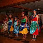 ...und besungen von den neuen Hula-Schülerinnen.