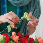 Blumen und Blätter auf Lei-Nadel aufreihen