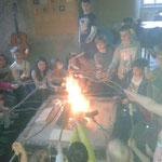 Stockbrot an der Feuerstelle in der Burgküche