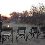Van zodra de zon ondergaat, wordt de bushmen-tv aangezet.