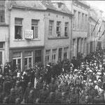 Le cortège se dirige vers Feluy par la rue de Mons où sera inhumé Emile de Lalieux