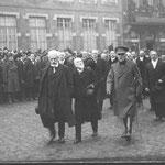 En retrait, à droite, le bourgmestre Pierre de Burlet. A gauche, le président du Conseil provincial Frédéric Mathieu, père du futur bourgmestre Jules Mathieu