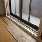 2重窓にするために窓枠を追加して、床もナラのフローリングを既存の床の上から貼っています。