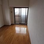 改修前の部屋1 小さな2室を1室につないで仕事場にします。