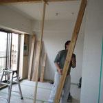 2室の間仕切りを撤去した後には、大工の棟梁に無垢の杉の柱と梁を付けてもらいました。