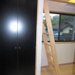 ロフトに上る梯子 と 収納の扉