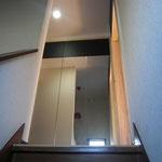 階段踊り場から鏡貼り扉を撮影