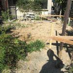 丁張。 地縄。 この庭に離れを建てます。