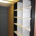 ロフト下の本棚。間仕切りを兼ねています。 本棚の横はコルク貼