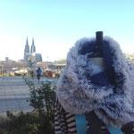 LVR-Weihnachtbasar_Köln Deutz November 2015. Was für eine Kulisse! Winter-Rundschal aus Kunstfell, Unikatmanufaktur aus Köln · Doris Königstedt