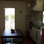 キッチン横に便利な勝手口。外に出るとすぐに物干し場やBBQコンロ。